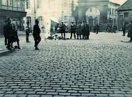 Hilfspolizisten verbrennen eine Fahne aus dem Volksfreundhaus. Foto: Stadtarchiv H XVI: H III 1f / 1933.