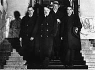 Hitler und Begleitung verließen nach der Ernennung Hitlers zum Regierungsrat am 25.2.1932 die Braunschweigische Gesandtschaft in Berlin. Foto: Staatsbibliothek München, Heinrich Hoffmann