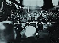 "Tagung der ""nationalen Opposition"". Im Präsidium u.a. Hitler, Hugenberg, Stahlhelmführer Düsterberg. Foto: Bundesarchiv Berlin (SAPMO)"