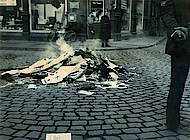 Auf dem Ackerhof werden Zeitungen und Werbematerial aus dem Volksfreundhaus verbrannt. Foto: Stadtarchiv Braunschweig H XVI: H III 1f / 1933.