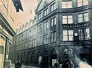 Aufnahme des besetzten Volksfreundhauses. Eine Hakenkreuzfahne auf dem Turm. Foto: Stadtarchiv Braunschweig H XVI: H III 1f / 1933.
