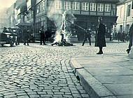 Verbrennung einer weiteren Fahne. Foto: Stadtarchiv Braunschweig H XVI: H III 1f / 1933.