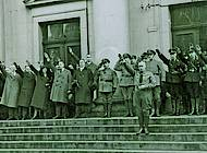 Landtagspräsident Zörner steht vor den Vertretern der paradierenden Verbände. Foto: Niedersächisches Landesarchiv - Staatsarchiv Wolfenbüttel 50 Slg 95
