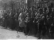 Neben Hitlers Wagen versammelte sich die NSDAP-Prominenz, u.a. Dietrich Klagges, Gauleiter Rust, Alfred Rosenberg, Gregor Strasser, Joseph Goebbels, Wilhelm Frick. Foto: bpk Bildagentur für Kunst, Kultur und Geschichte, Fotograf: Heinrich Hoffmann