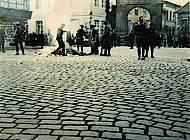 Schaulustige am Rand des Ackerhofs am Tor zum Schlossareal. Foto: Stadtarchiv Braunschweig H XVI: H III 1f / 1933.