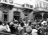 Schaulustige vor dem Quartier der Stahlhelmführung. Sammlung Reinhard Bein, unbekannter Fotograf