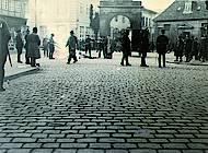 Beteiligte in Zivil, bewaffnete SS-Leute als Hilfspolizisten, reguläre Polizei, Schaulustige im Hintergrund. Foto: Stadtarchiv Braunschweig H XVI: H III 1f / 1933.