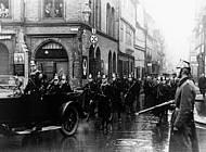 Polizei sichert 1933 SA-Marsch durch die Lange Straße. Foto: Sammlung Volker Dowidat.
