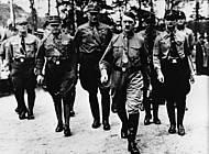 Adolf Hitler mit seinem Stab. Foto: Staatsbibliothek München, Heinrich Hoffmann