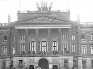 SA und NSDAP-Anhänger vor Braunschweiger Schloss, Foto: Bundesarchiv, Bild 102-11266, Fotograf: Georg Pahl