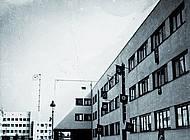 Hakenkreuz-Fahnen im August-Bebel-Hof nach Machtübernahme. Foto: Arbeitskreis Andere Geschichte, private Fotografie
