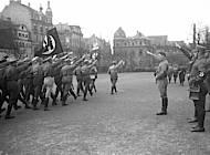Vorbeimarsch von SA an Adolf Hitler und SA-Führer Viktor Lutze im Februar 1931. Foto: Bundesarchiv; Bild 102-11265, Fotograf: Georg Pahl