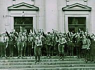 Minister Klagges steht nun im Vordergrund der grüßenden neuen Landtagsabgeordneten. Foto: Niedersächisches Landesarchiv - Staatsarchiv Wolfenbüttel 50 Slg 95