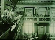 Blick auf die Landtagstribüne mit uniformierten SA Leuten als Zuhörern. Foto: Niedersächisches Landesarchiv - Staatsarchiv Wolfenbüttel 50 Slg 95