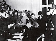 Polizeibeamte nahmen auf diesem Pressefoto die Personalien der in der AOK festgehaltenen Reichsbanner-Angehörigen auf. Foto: Stadtarchiv H XVI H III 1f /1933