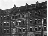 Hitler und die SA-Führer Lutze und Röhm beim Vorbeimarsch auf dem Bohlweg im Oktober 1931. Foto: bpk Bildagentur für Kunst, Kultur und Geschichte, Fotograf: Heinrich Hoffmann