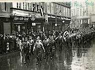 SA marschiert auf dem Damm, ohne Zeitangabe. Foto: Niedersächsisches Landesarchiv, Staatsarchiv Wolfenbüttel, 62 Nds Fb 2 Nr. 1455.